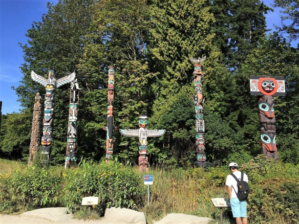 Totem_Poles_in_Stanley_Park_Vancouver_2016 (2)
